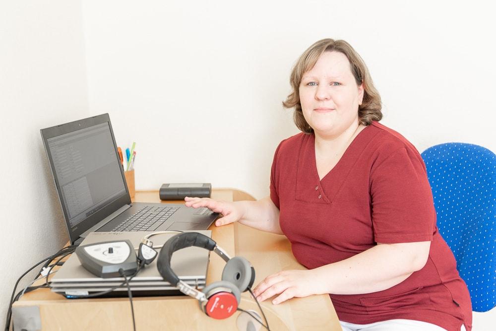 Frau Aline Schulz bei der Messung einer BERA