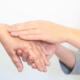junge Hände halten alte Hand Palliativmedizin Betreuung