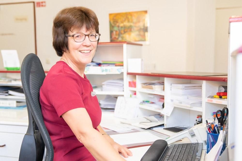 Frau Monika Schönfeld an der Rezeption der HNO Praxis