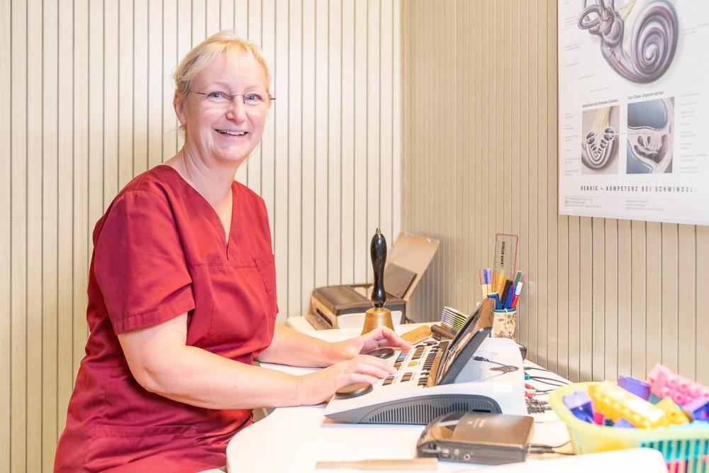 Sabine Born im Audiometrie Raum bei einer audiometrischen Untersuchung